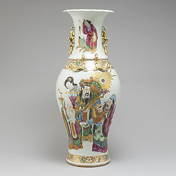 A Canton famille rose vase, Qing dynasty, circa 1900.