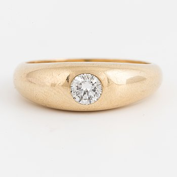 An 18K godl ring with a round brilliant-cut diamond.