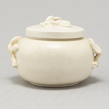 WILHELM KÅGE, a 'Cararra' stoneware box with lid, Gustavsberg.