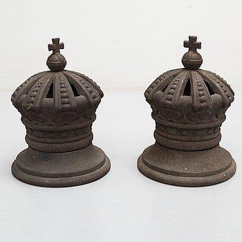 KRONOR / DEKORELEMENT, ett par, järn, 1800-tal.