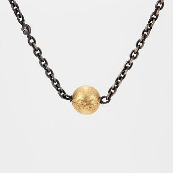 COLLIER, oxiderat silver samt lås i 18K guld, Ole Lynggaard. Vikt 11,9 gram.