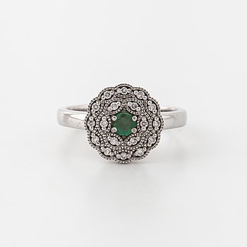 RING, med smaragd ca 0.15 ct samt briljantslipade diamanter totalt ca 0.10 ct.