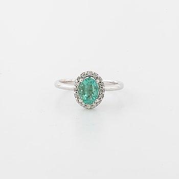 RING, med smaragd ca 1.00 ct samt briljantslipade diamanter totalt ca 0.10 ct.