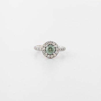 RING, med behandlad grön diamant ca 0.80 ct samt briljantslipade diamanter totalt ca 0.45 ct.