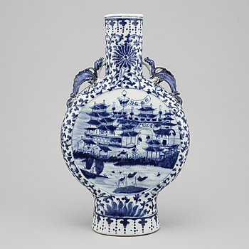 A blue and white moon flask, Qing dynasty, 19th Century.