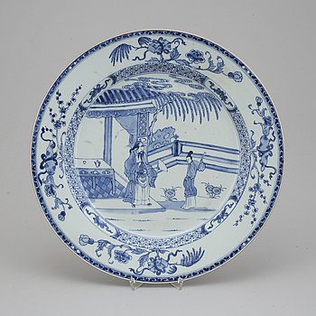 A blue and white porcelain charger, Qing dynasty, Qianlong (1736-1795).