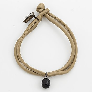 """An Ole Lynggaard silk braclet with an onyx pendant in silver """"sweet drops""""."""
