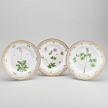 "TALLRIKAR, 3 st, ""Flora Danica"", porslin, Royal Copenhagen, Danmark."