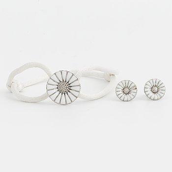 """Georg Jensen """"Daisy"""", ett par örhängen och ett armband."""