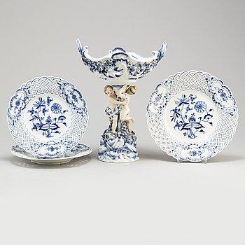 UPPSATSSKÅL samt TALLRIKAR, tre stycken, porslin. Meissen, 1900-tal.