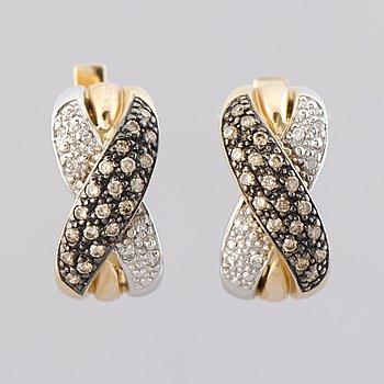 ÖRHÄNGEN, bruna och klara diamanter, 14K guld och vitguld.