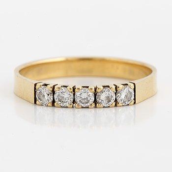RING, med briljantslipade diamanter.