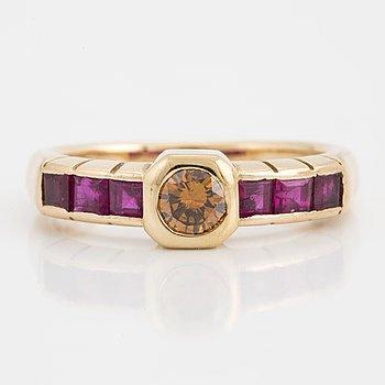 GAUDY, Ring med gul briljantslipad diamant och carréslipade rubiner.