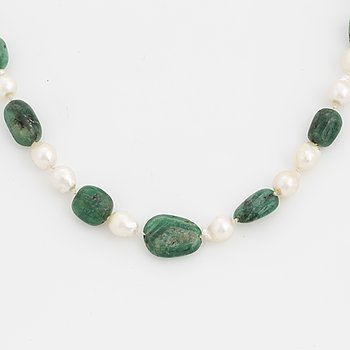 COLLIER, med trumlade smaragder och barocka odlade pärlor, lås 18K guld.
