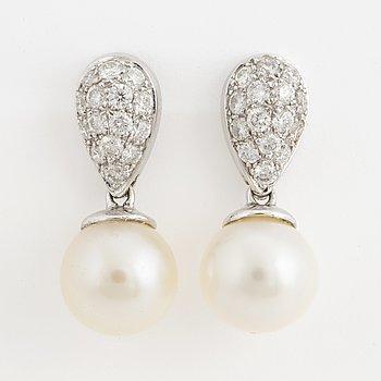 Ett par örhängen 18K vitguld med odlade pärlor ca 8 mm och runda briljantslipade diamanter.