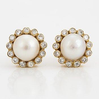 Ett par örhängen med boutonformade odlade pärlor Ø ca 8 mm samt runda briljantslipade diamanter.