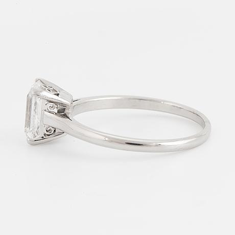Enstensring, med smaragdslipad diamant ca 1.60 ct
