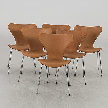 "A SET OF 6 ARNE JACOBSEN ""SERIES 7"" CHAIRS BY FRITZ HANSEN."