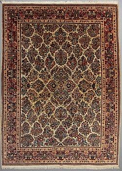 A CARPET, Sarouk, ca 360 x 265 cm.