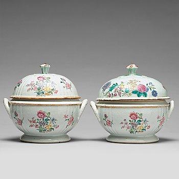 TERRINER med LOCK, ett par, kompaniporslin. Qingdynastin, Qianlong (1736-95).