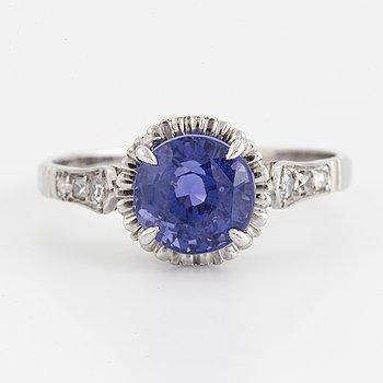 RING, med blålila safir och diamanter.