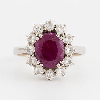 CARMOSÈRING, med rubin och briljantslipade diamanter.