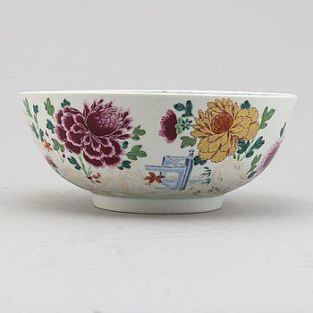 A famille rose export porcelain punch bowl, Qing dynasty, Qianlong (1736-95).
