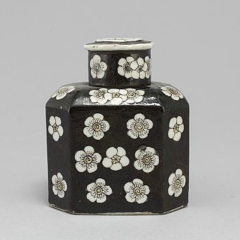 A famille noire tea caddy with cover, Qing dynasty, 19th century.