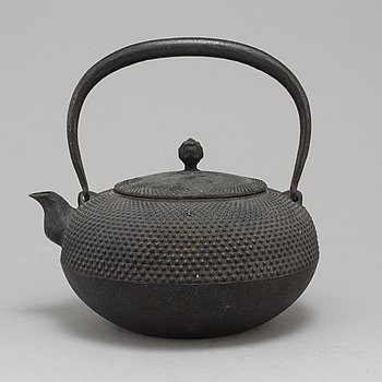 A Japanese teapot with cover, 20th century.
