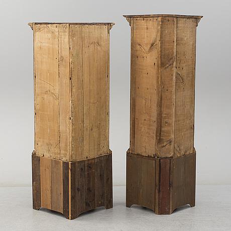 HÖrnskÅp, två stycken snarlika, allmoge, 1700-tal.