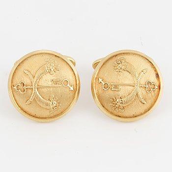 A pair of 18K gold cufflinks.