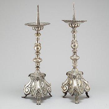 LJUSSTAKAR, ett par, försilvrad mässing, 1700-tal.