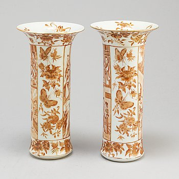 A pair of iron red trumpet shaped vases, Qing dynasty, late 19th century.