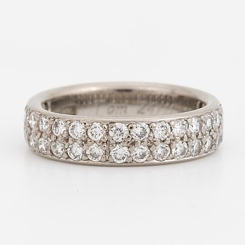 An 18K white gold and brilliant-cut diamond ring.