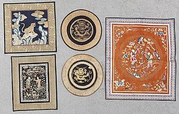 TEXTILIER, fem stycken, broderat siden. Kina, omkring 1900.