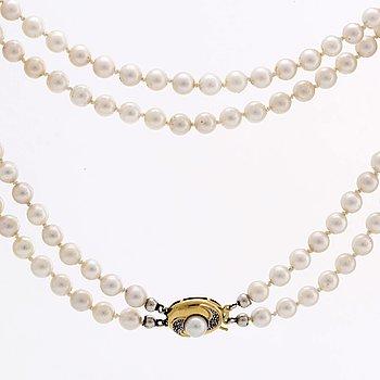 PÄRLHALSBAND 2 rader odlade pärlor ca 6 mm, lås i 18K guld med 1 odlad pärla o 2 diamanter 8/8.