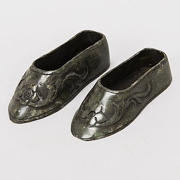 A PAIR OCH NOVELTY SHOES, Serpentine stone, China first half of the 20th century.