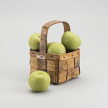 INGRID HERRLIN, keramik,  korg med sju äpplen. Signerad.