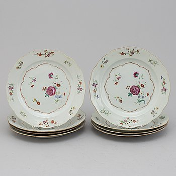 A set of eight famille rose export porcelain plates, Qing dynasty, Qianlong (1736-95).