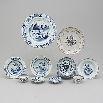 A lot of eleven Chinese porcelain objects, Qing dynasty, 18th and 19th century.