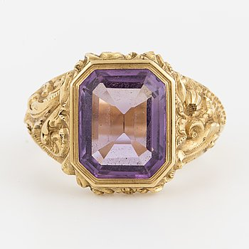 An 18K gold and amethyst ring 1836.