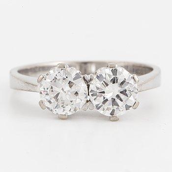 A brilliant-cut diamond twin rin.