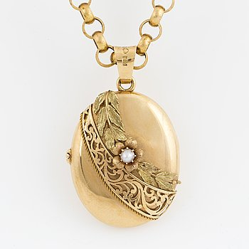 An 18K gold locket with chain.