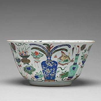 577. A famille verte punch bowl, Qing dynasty, Kangxi (1662-1722).