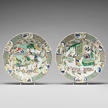 576. A large pair of famille verte dishes, Qing dynasty, Kangxi (1662-1722).