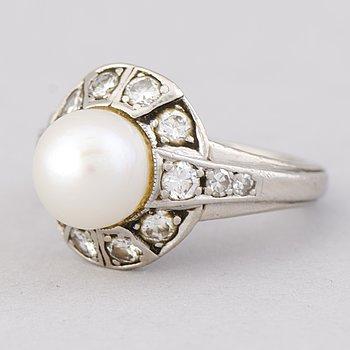 RING, odlad pärla, briljant- och åttkantsslipade diamanter, platina. A. Tillander.