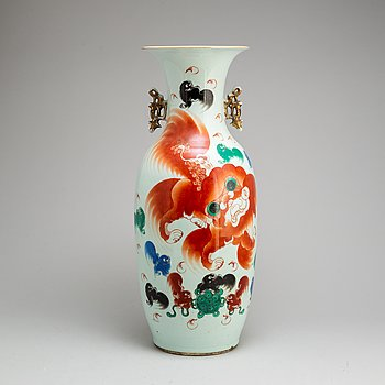 A large Chinese famille rose vase, early 20th century.