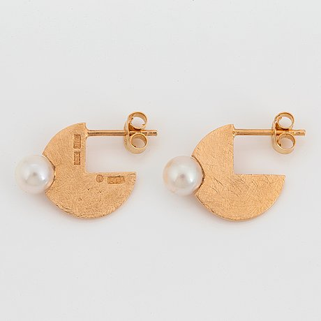 Peter de wit, margareth sandström, a pair of 18k gold earrings with pearl, linköping, sweden 1998.