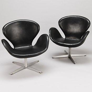 """ARNE JACOBSEN, fåtöljer, ett par, """"Svanen"""", Fritz Hansen, Danmark 1960-tal."""