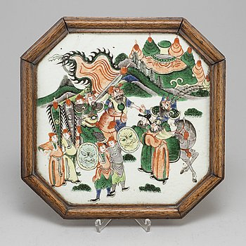 A famille verte octagonal shaped placquer, Qing dynasty, late 19th century.